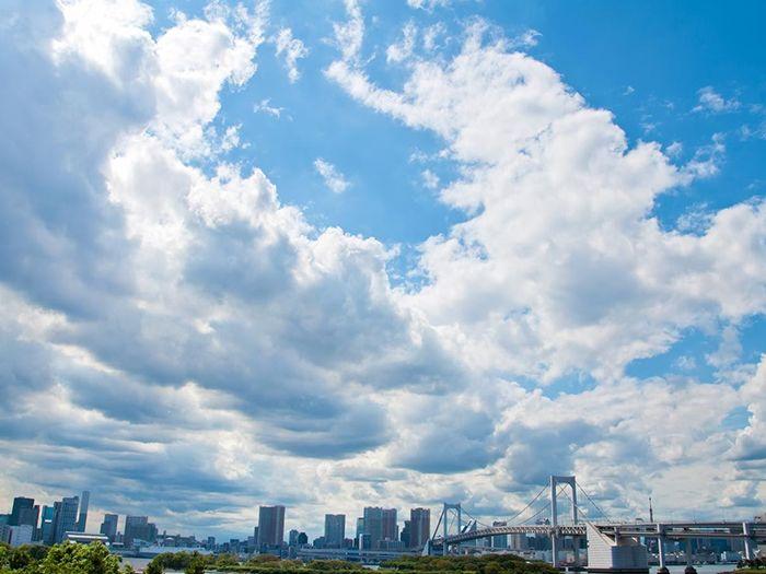 レインボーブリッジと雲が流れる青空